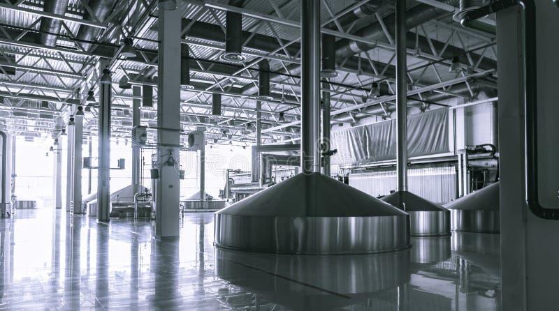 El interior moderno de las cubas de un puré de la cervecería metal los envases fotografía de archivo libre de regalías