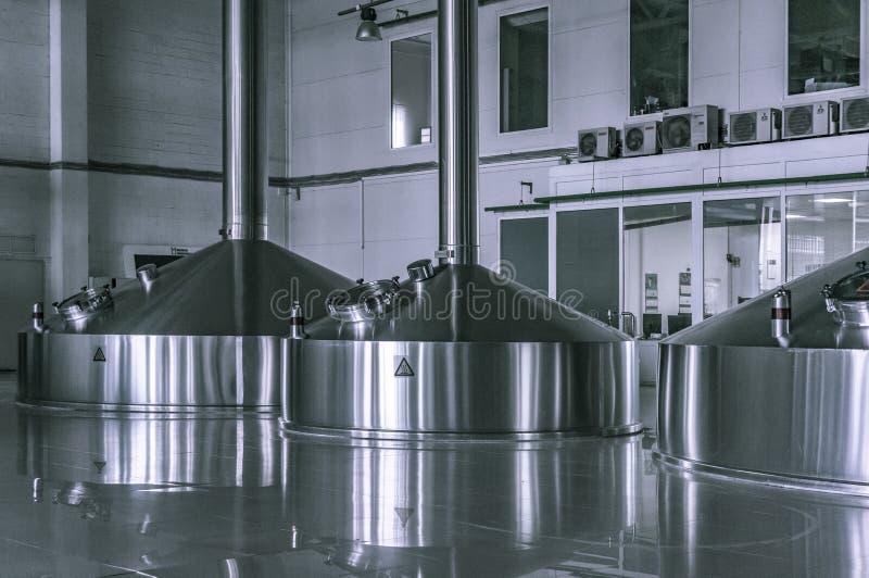 El interior moderno de las cubas de un puré de la cervecería metal los envases fotos de archivo libres de regalías