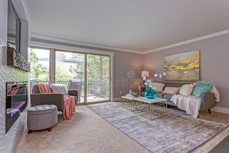 El interior moderno del apartamento muestra sala de estar con el balcón fotografía de archivo libre de regalías