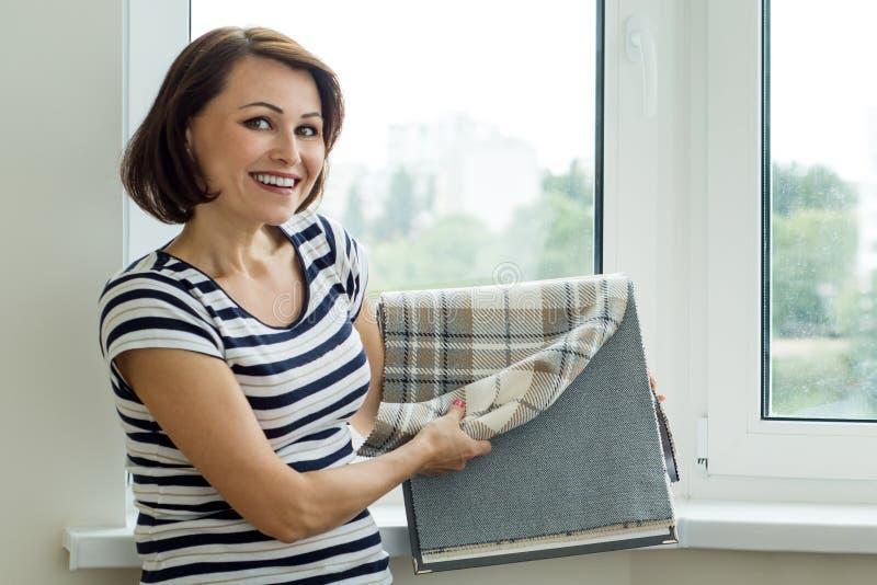 El interiorista muestra las muestras del cliente de telas para el Cu fotografía de archivo