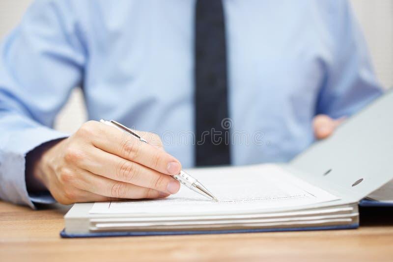 El interventor está examinando los artículos del acuerdo foto de archivo libre de regalías