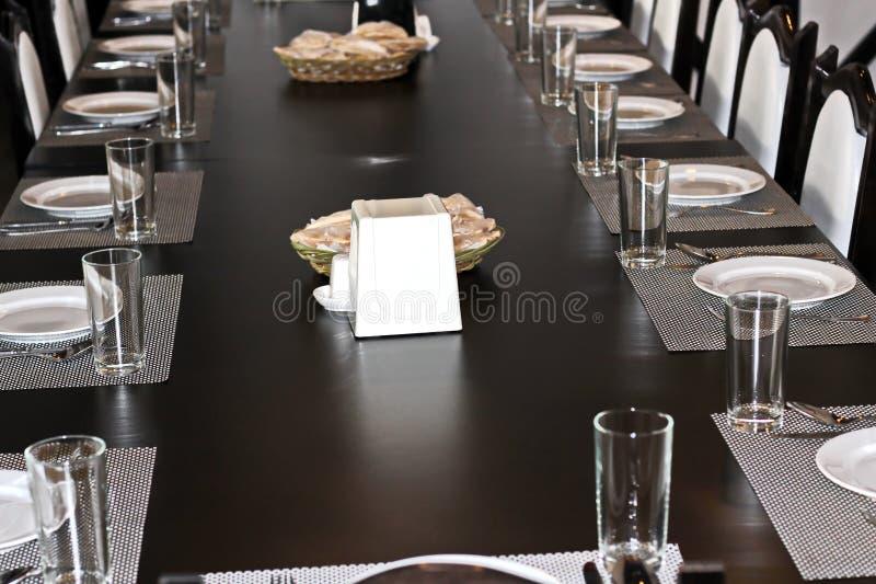 El intreer del ` s del restaurante y un café con las tablas, sillas y cubierto, sirvieron los platos, una tabla para el almuerzo  fotos de archivo libres de regalías