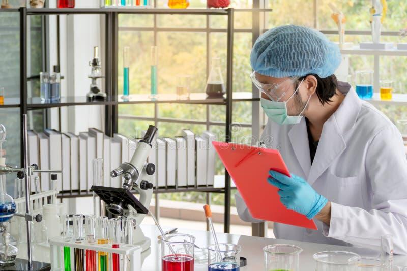 El investigador del científico de los hombres está recopilando datos en laboratorio imagen de archivo