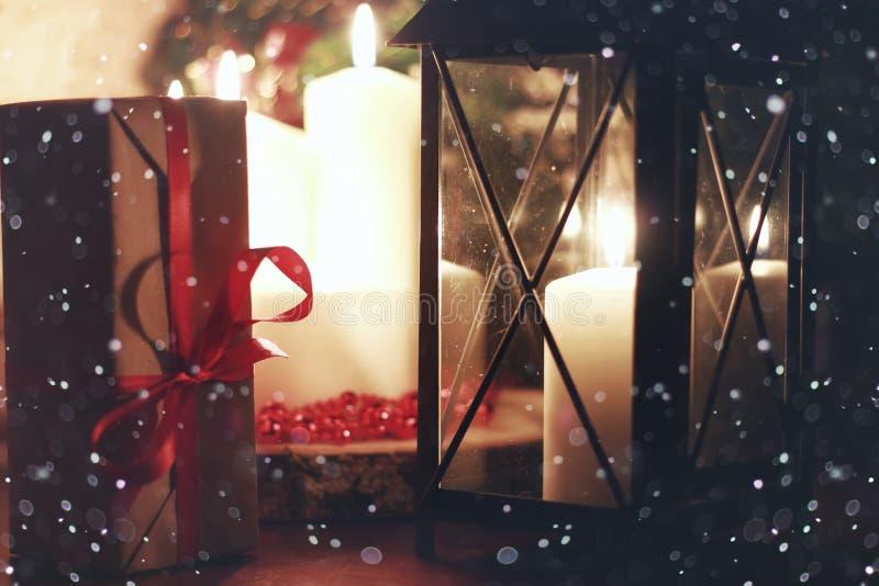 El invierno adorna nieve oscura del día de fiesta de la linterna de la vela fotos de archivo libres de regalías
