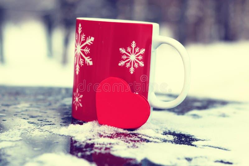 El invierno adorna nieve oscura del día de fiesta de la linterna de la vela imagen de archivo libre de regalías