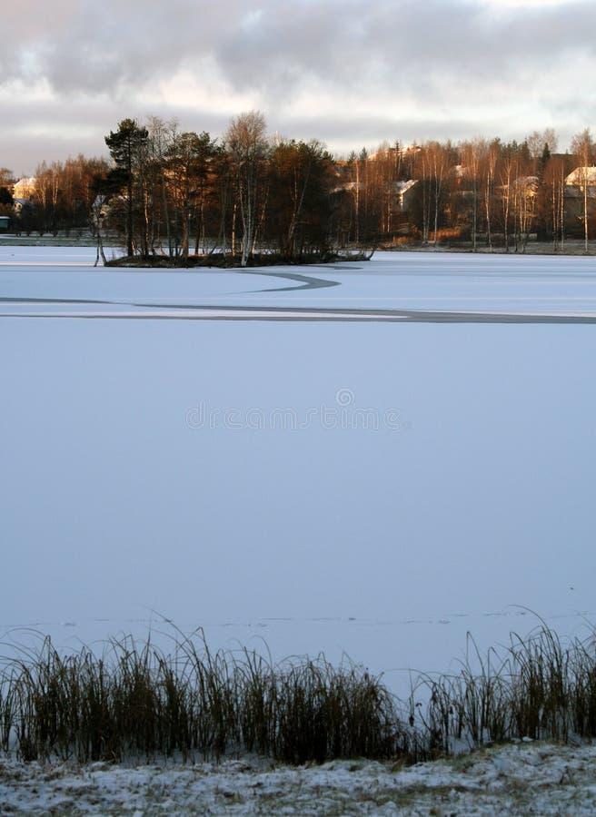 El invierno está viniendo a Rovaniemi Finlandia y el helada del agua imagenes de archivo
