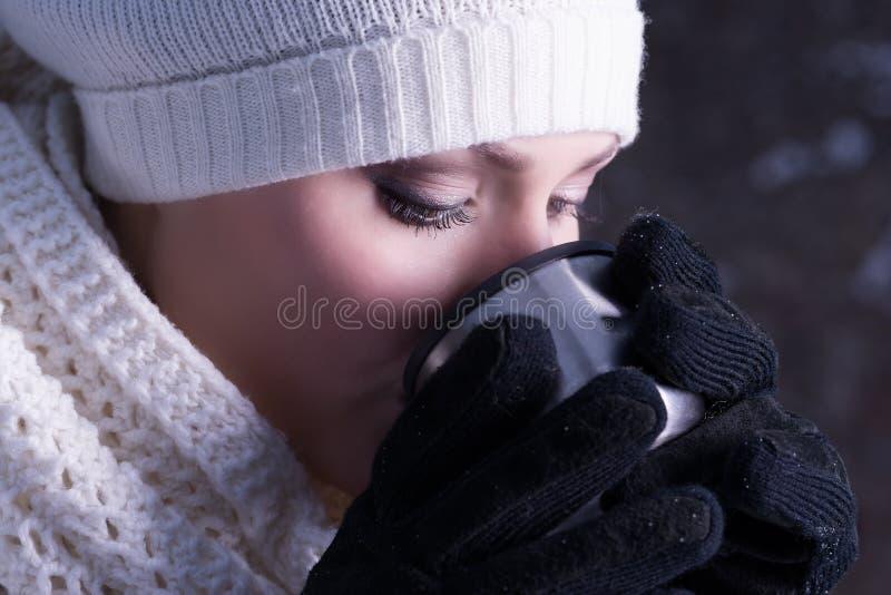 ¡El invierno frío, calienta la bebida! imagen de archivo