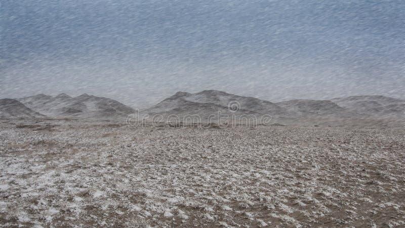 El invierno, paisaje de la nevada golpea las montañas foto de archivo