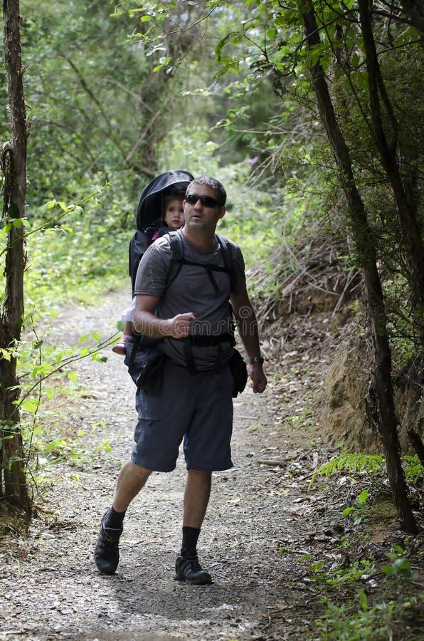 El ir de excursión del padre y del niño imagen de archivo