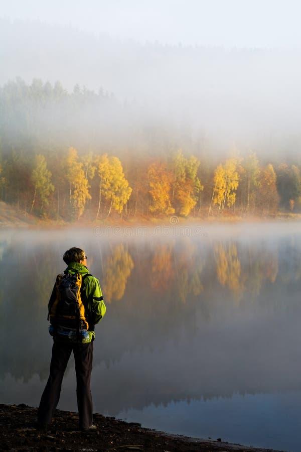 El ir de excursión en el lago fotos de archivo