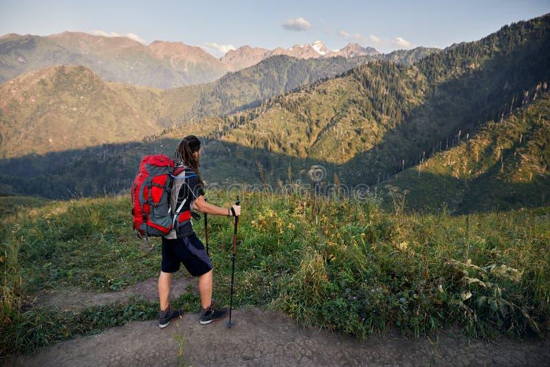 El ir de excursión en la montaña foto de archivo