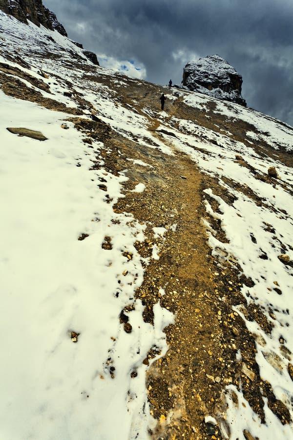 El ir de excursión en manera de la nieve fotografía de archivo