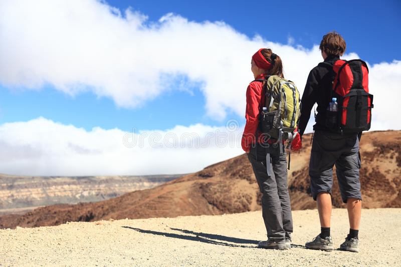 El ir de excursión joven de los pares imagen de archivo