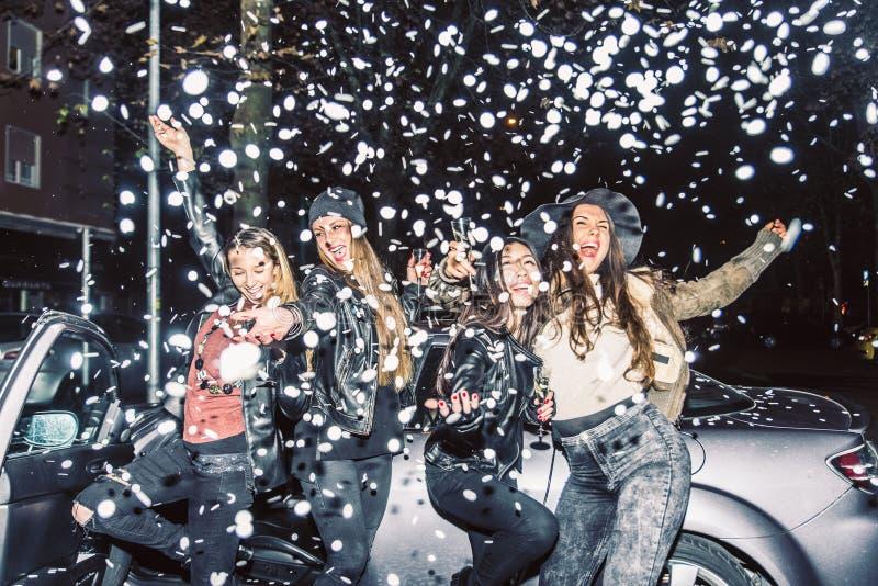 El ir de fiesta de las muchachas fotografía de archivo libre de regalías
