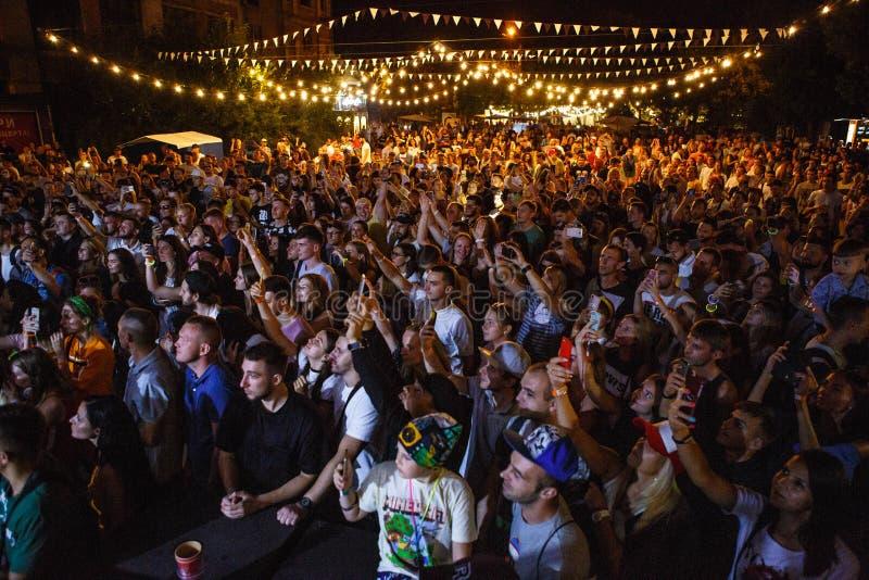 El ir de fiesta de la muchedumbre del festival de música del verano al aire libre foto de archivo libre de regalías