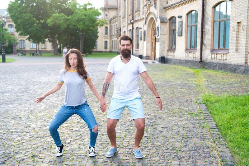 El ir loco junto Mujer atractiva y hombre barbudo en el baile loco del humor al aire libre Junte loco en el amor que se divierte  fotos de archivo libres de regalías