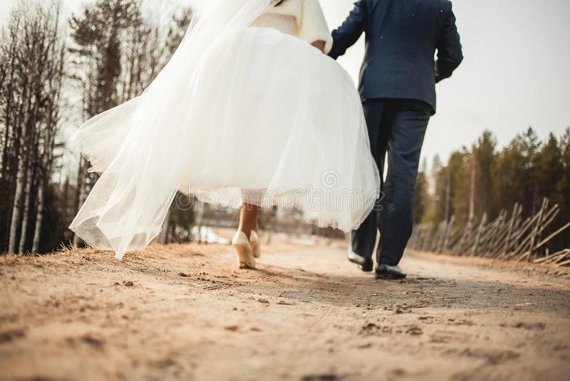 El ir pares lejos que se casan fotos de archivo