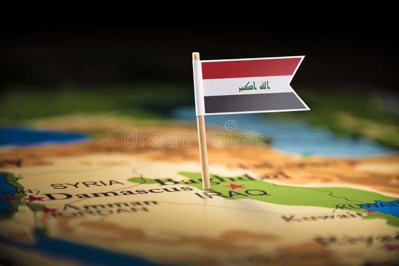 El iraquí marcó con una bandera en el mapa fotografía de archivo libre de regalías
