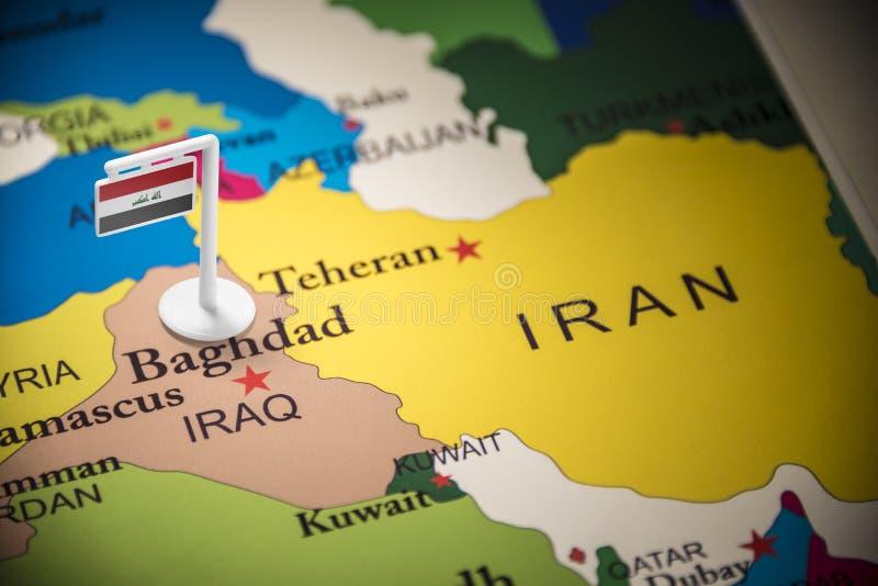 El iraquí marcó con una bandera en el mapa foto de archivo libre de regalías
