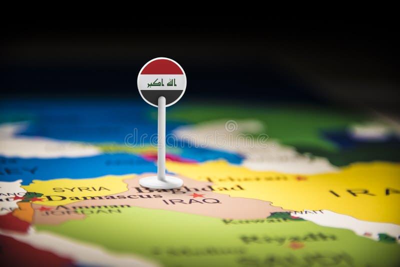 El iraquí marcó con una bandera en el mapa fotografía de archivo