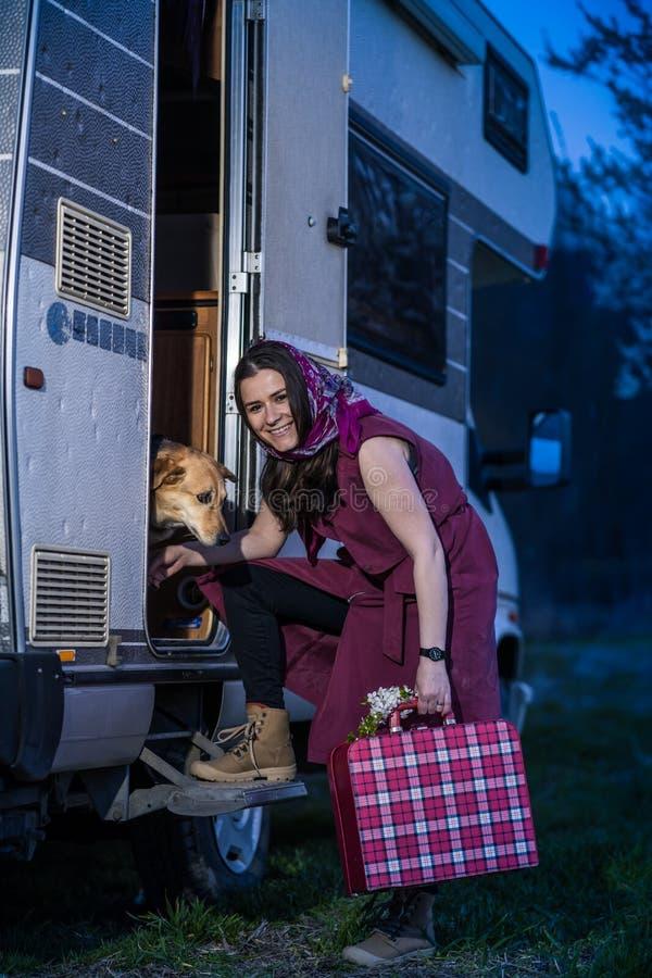 El irse en el vacantion con el perro fotografía de archivo libre de regalías