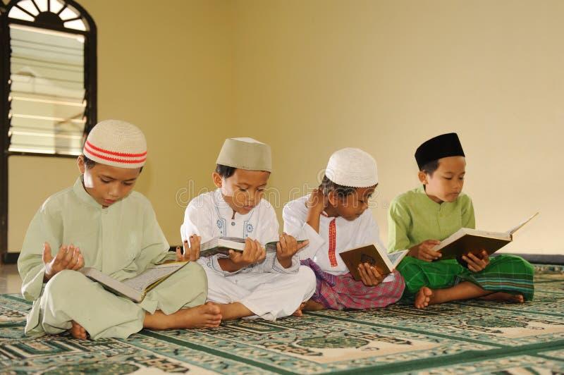 El Islam embroma la lectura de Koran imagen de archivo libre de regalías