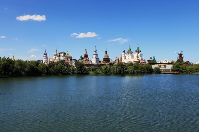 El Izmailovo el Kremlin y vernissage en Moscú en el banco de la charca imágenes de archivo libres de regalías