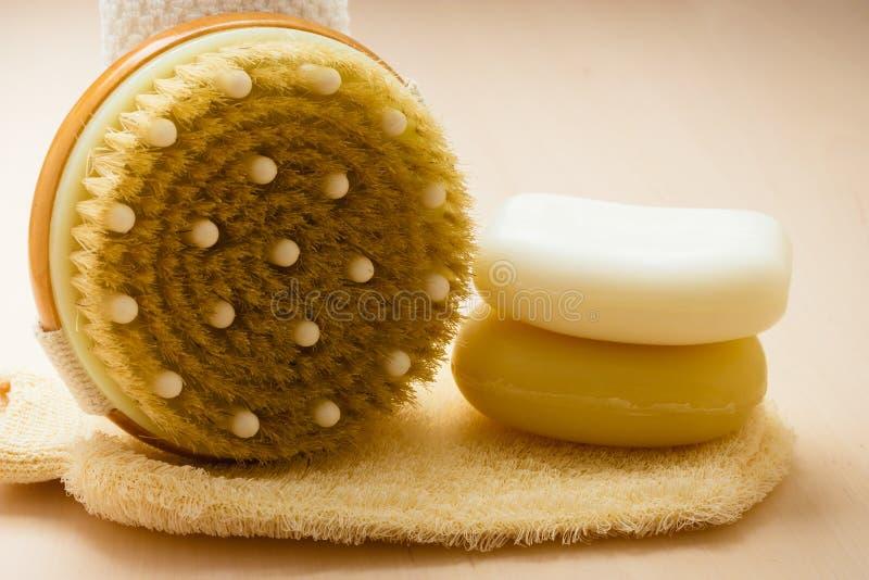 El jabón del cepillo del cuerpo del primer y friega el guante foto de archivo