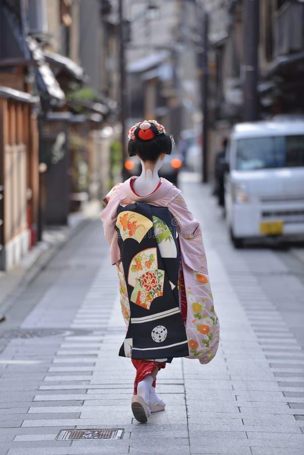 El japonés tradicional viste el kimono llevado por una Maika en la esquina Kyoto Japón del gion fotos de archivo libres de regalías