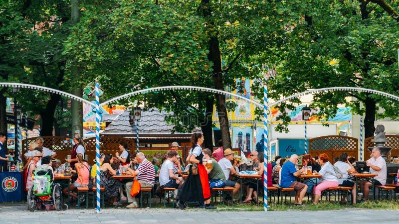 El jardín bávaro apretado de la cerveza en el verano con el un montón de cerveza y de bocados sirvió fotografía de archivo libre de regalías
