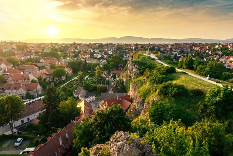 El jardín de la colina verde en el medio de la ciudad vieja Veszprem, Hungría en la puesta del sol imagenes de archivo