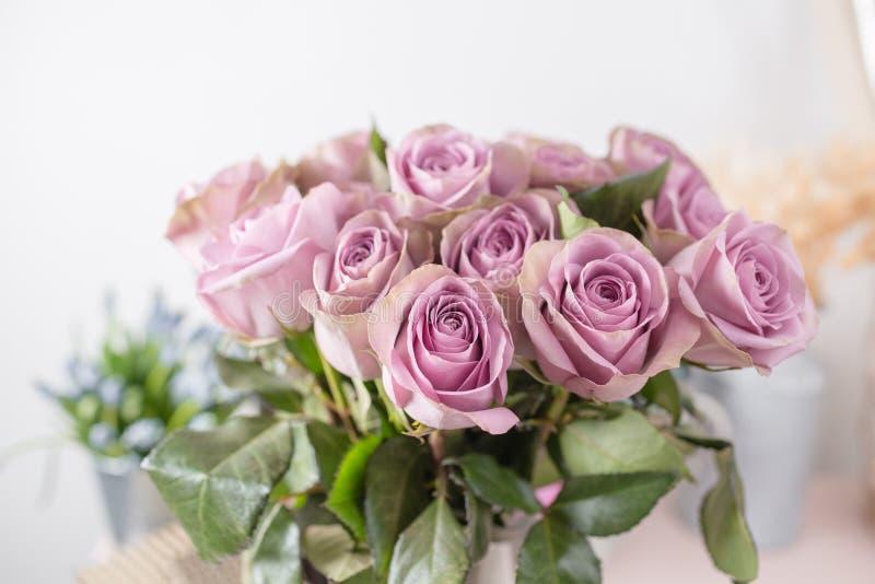 El jardín de la lila subió Flores del ramo de rosas en el florero de cristal Decoración casera elegante lamentable Rocío de la ma fotos de archivo