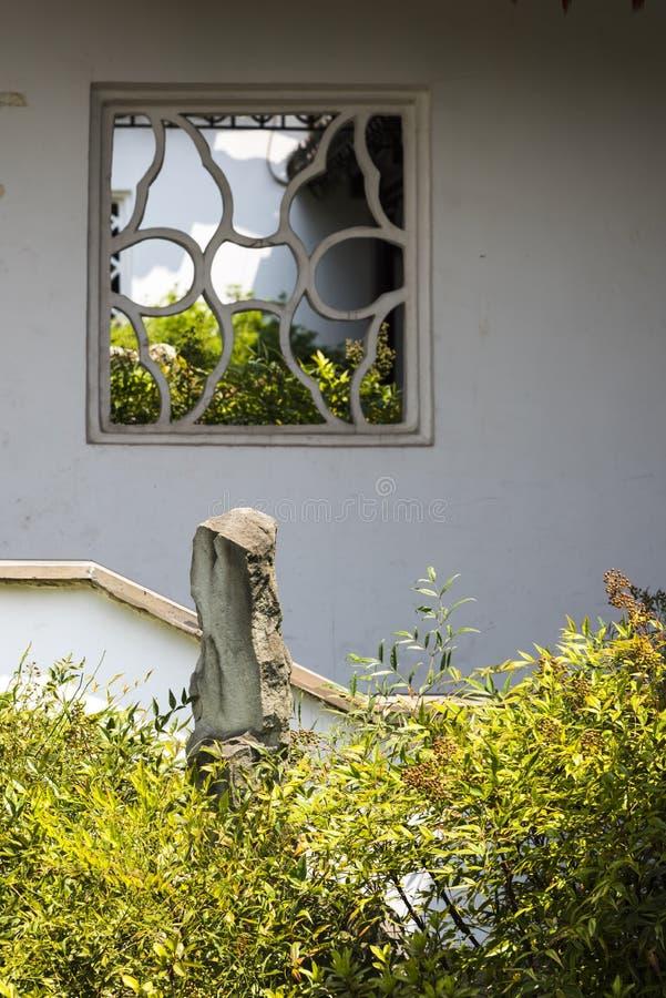 El jardín de rocalla y la planta ajardinan delante de la pared blanca fotos de archivo libres de regalías