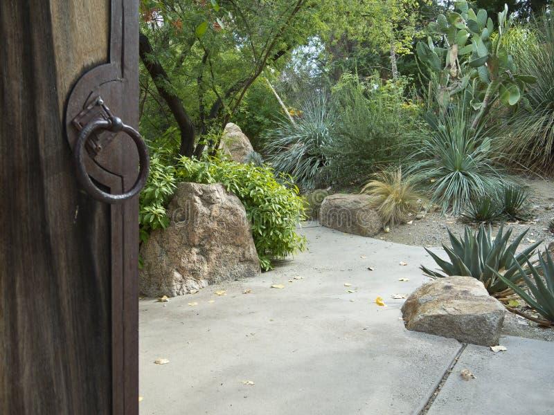 El jardín del desierto le invita adentro foto de archivo libre de regalías