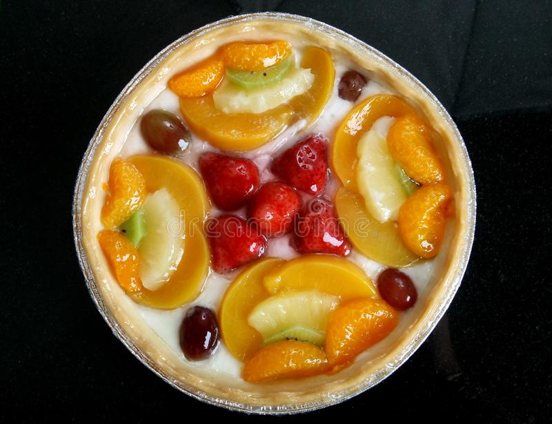 El jardín del verano da fruto en un postre esmaltado dulce de la tarta de crema imagenes de archivo