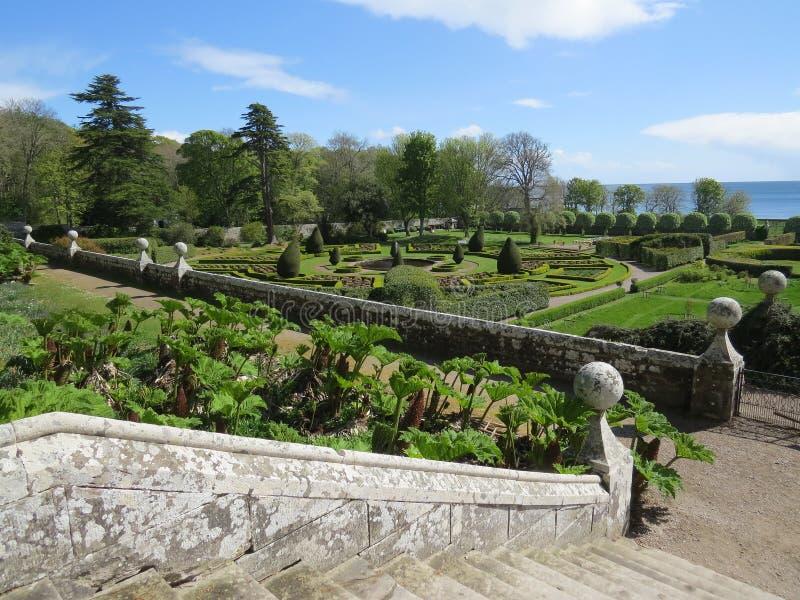 El jardín formal en el castillo de Dunrobin, Escocia imagen de archivo