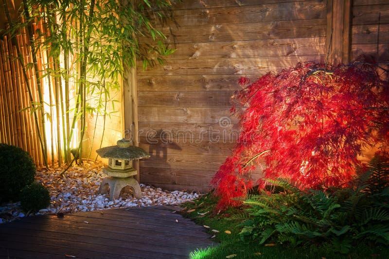 El jardín japonés del zen aligeró por las luces del punto en la noche imagen de archivo