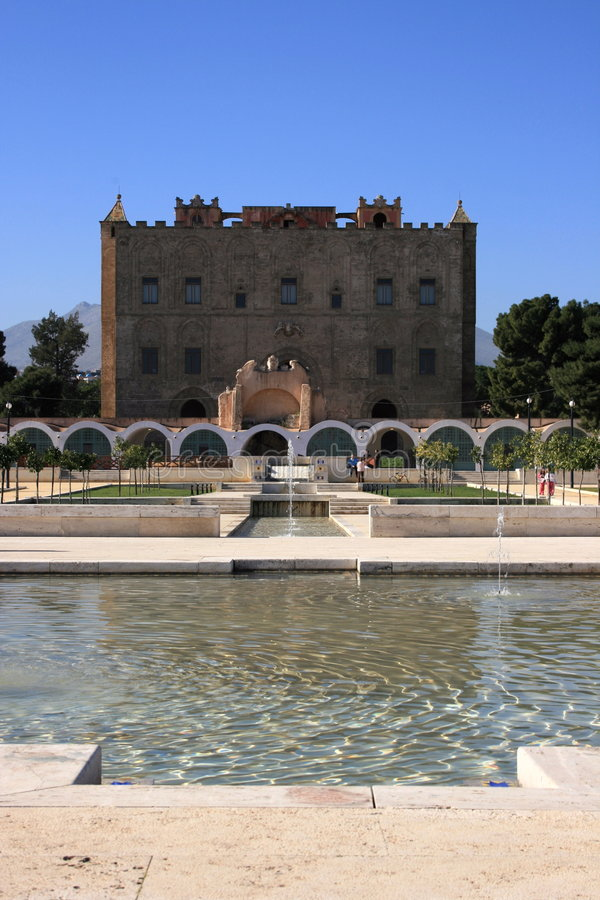 El jardín y la fuente RD Sicilia del _ de Zisa del La del palacio fotografía de archivo libre de regalías