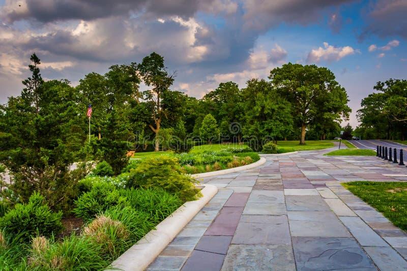 El jardín y la trayectoria en la colina del druida parquean en Baltimore, Maryland imagenes de archivo
