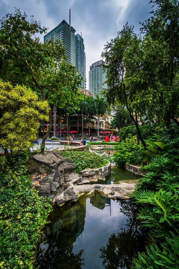 El jardín y los rascacielos en la zona verde parquean, en Ayala, Makati, Metr fotos de archivo libres de regalías