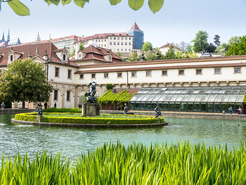 El jard?n del senado con la piscina en el jard?n del palacio de Waldstein, strana de Mala, Praga fotos de archivo libres de regalías