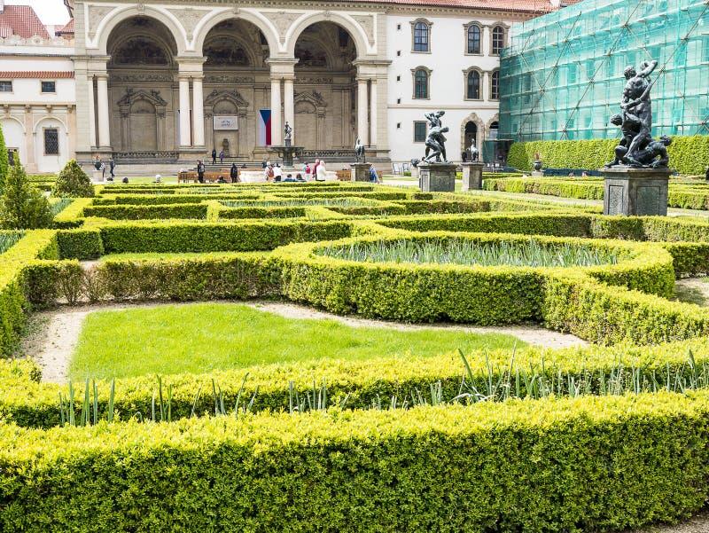 El jard?n del senado con la piscina en el jard?n del palacio de Waldstein, strana de Mala, Praga fotos de archivo