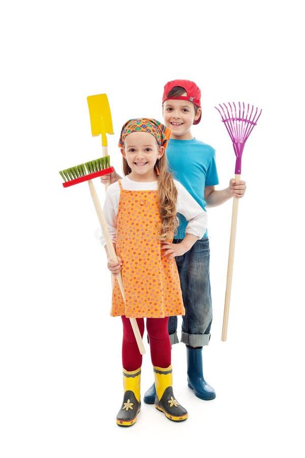 El jardinero feliz embroma - con las herramientas y los cargadores del programa inicial de goma