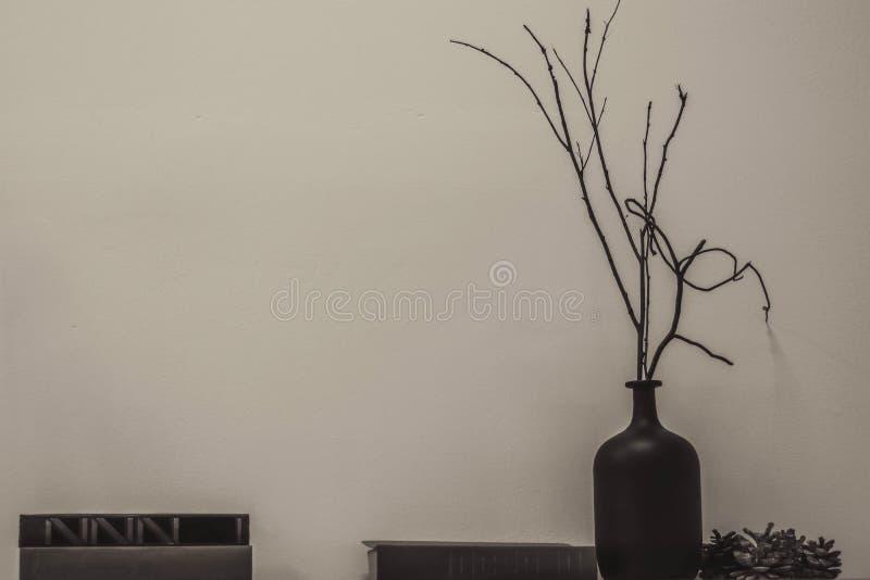 El jarro en el estante de madera imagenes de archivo