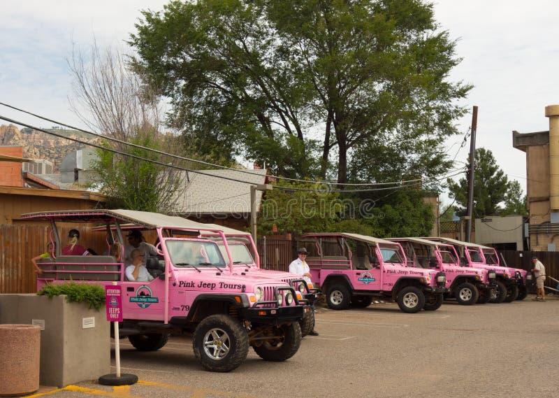 El jeep rosado viaja en un depósito en sedona fotografía de archivo libre de regalías