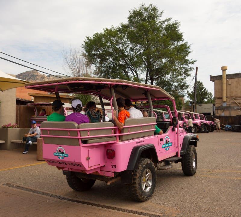 El jeep rosado viaja en un depósito en sedona fotos de archivo libres de regalías