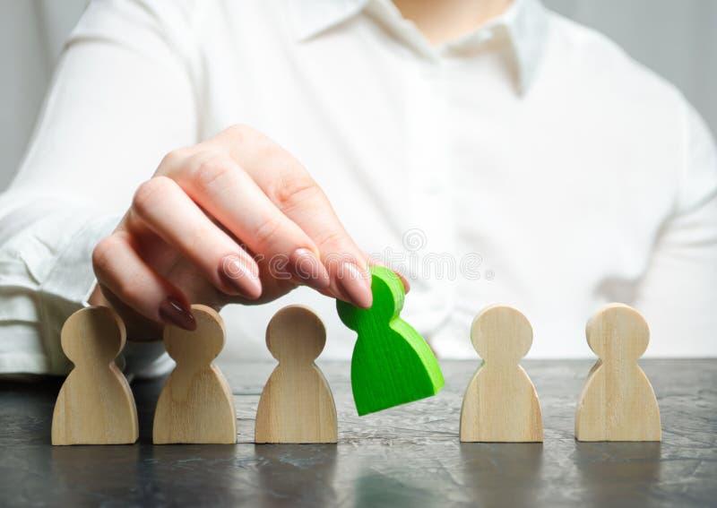 El jefe de la mujer elige a la persona en el equipo Gestión de recursos humanos Trabajador talentoso Personal de alquiler Búsqued imagen de archivo libre de regalías
