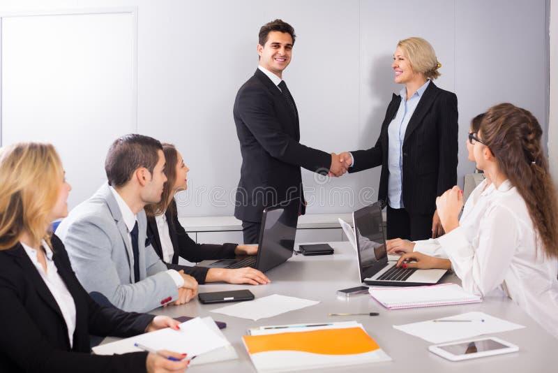 El jefe de la oficina que saluda al nuevo socio comercial fotos de archivo libres de regalías