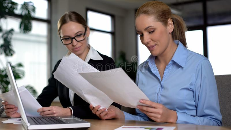 El jefe de la señora satisfecho con los aprendices divulga, disfrutando ingresos crecientes, éxito imágenes de archivo libres de regalías