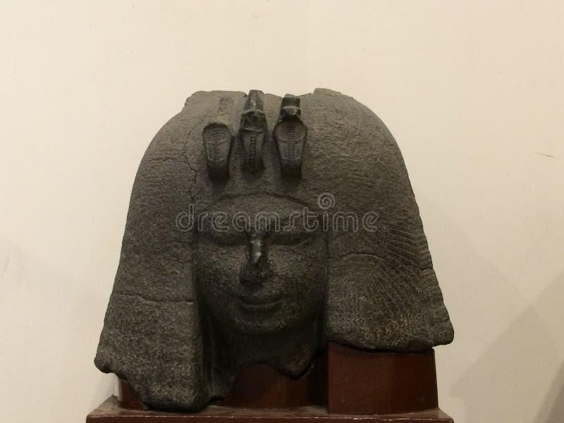 El jefe del pharoah de la mujer en el museo de El Cairo en Egipto imagen de archivo libre de regalías